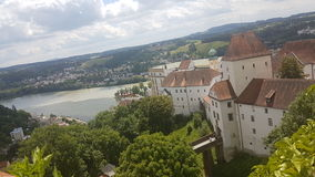 Sikt från slotten i Passau över staden med de tre floderna (Donau, gästgivargård och Iltz) Arkivbilder