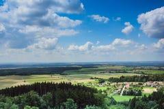 sikt från slotten till det härliga tjeckiska landskapet Arkivbild