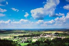 sikt från slotten till det härliga tjeckiska landskapet Fotografering för Bildbyråer