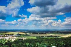 sikt från slotten till det härliga tjeckiska landskapet Royaltyfri Bild