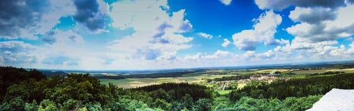 sikt från slotten till det härliga tjeckiska landskapet Royaltyfri Foto