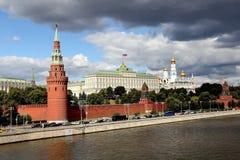 Sikt från Sofia Embankment på Moskvafloden, Kremlinvallningen och MoskvaKreml med dess sikt royaltyfri bild