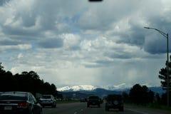 Sikt från spåret på de snöig maxima av Rocky Mountain i Denver, USA arkivfoton