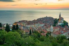 Sikt från stadsväggarna av kyrkan och staden Piran Royaltyfria Foton