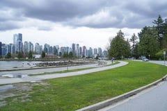 Sikt från Stanley Park över horisonten av Vancouver - VANCOUVER - KANADA - APRIL 12, 2017 Royaltyfria Foton