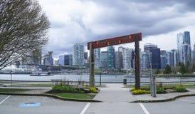 Sikt från Stanley Park över horisonten av Vancouver - VANCOUVER - KANADA - APRIL 12, 2017 Fotografering för Bildbyråer
