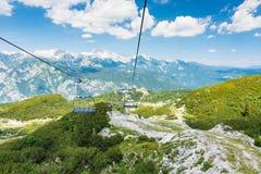 Sikt från stol för kabelbil på Vogel, Slovenien nationalpark Triglav Royaltyfri Bild