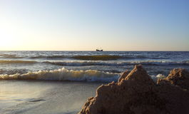 Sikt från stranden på det ensamma skeppet på Östersjön royaltyfri fotografi