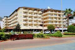 Sikt från stranden till det Kleopatra strandhotellet Alanya, Turkiet Fotografering för Bildbyråer