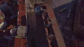 Sikt från surret på de belade med tegel taken av den gamla staden Rijeka i Kroatien lager videofilmer