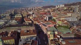 Sikt från surret på de belade med tegel taken av den gamla staden Rijeka i Kroatien stock video