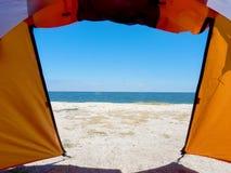Sikt från tältet på sanden royaltyfri bild