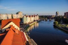 Sikt från tak till floden för Kaliningrad fiskareby och Peregolya royaltyfria bilder