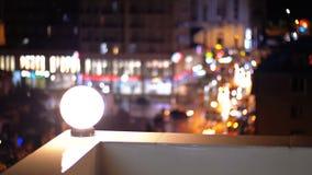 Sikt från taket av huset på de oskarpa ljusen av nattstaden stock video