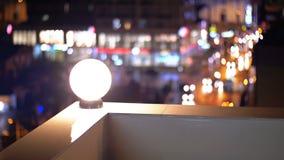 Sikt från taket av huset på de oskarpa ljusen av nattstaden arkivfilmer