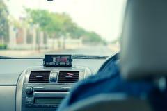 Sikt från taxin med meterskärm i Thailand arkivfoton