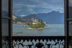 Sikt från terrassen till två av de Borromean öarna i sjön Maggiore, Italien royaltyfri bild