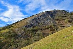 Sikt från Thorpe Cloud, i Dovedale, Derbyshire royaltyfria foton