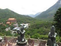 Sikt från Tian Tan Buddha in mot kloster för Po Lin, Lantau ö, Hong Kong arkivbilder