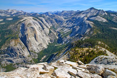 Sikt från toppmöte av den halva kupolen, Yosemite nationalpark, toppig bergskedja Nevada Mountains, Kalifornien arkivfoto