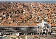 Sikt från torn för St Mark ` s i Venedig på den fyrkanten för St Mark ` s den gamla staden Arkivfoto