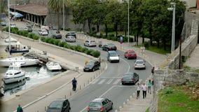 Sikt från tornet på vägen med trafikstockningar och folk på trottoaren stock video