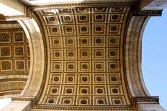 Sikt från under Arc de Triomphe i Paris Frankrike Arkivfoto