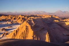 Sikt från Valle de la Muerte Death Valley på volcanoesna Lic royaltyfri foto