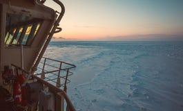 Sikt från wheelhousen av den ryska isbrytaren på den arktiska solnedgången Lopp över det Kara havet Arkivbild