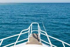 Sikt från yachten till det öppna havet Skeppet i det öppna havet visar pilbågen i en sommardag royaltyfri bild