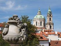 Sikt från zahradaen för Vrtba trädgårdVrtbovskà ¡ till tornen av Sten Nicolas Church, Lesser Town, Prague Arkivbilder