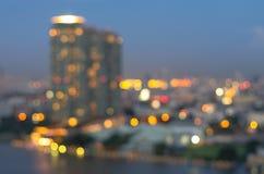Sikt för Bangkok cityscapeflod på skymningtid, suddig fotobok Royaltyfri Fotografi