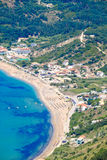 Sikt för öga för fåglar för Korfu strandkustlinje Typisk sandstrand Arkivbilder