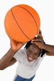 Sikt för hög vinkel av den le basketspelare Arkivbild