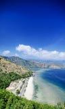 Sikt för landskap för strand för Cristo reigränsmärke nära dili Östtimor Arkivfoton