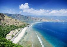 Sikt för landskap för strand för Cristo reigränsmärke nära dili Östtimor Royaltyfria Bilder