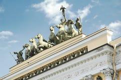 Sikt för låg vinkel av Quadrigastatyer på byggnad för allmän personal, vinterslott, statligt eremitboningmuseum, St Petersburg Royaltyfri Fotografi