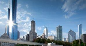 Sikt för låg vinkel av skyskrapor i en stad, Chicago, kock County, I Arkivfoton