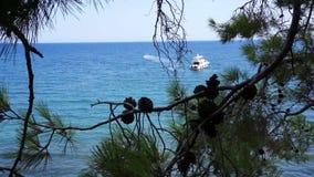 Sikt fr?n kullen till medelhavet i Phaselis med yachten Stad av forntida Lycia kalkon stock video