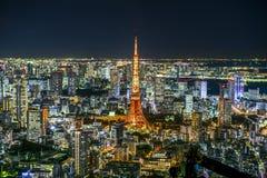 Sikt för natt för Tokyo torn- och Tokyo stad från däck för Roppongi kulleobservation Royaltyfri Fotografi