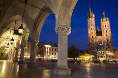Sikt för natt Krakow för huvudsaklig fyrkant Arkivfoton