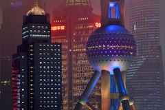 Sikt för Pudong områdesnatt från Suzhou Creek Arkivbilder