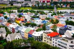 Sikt för Reykjavik stadsfågel av färgrika hus Royaltyfri Foto