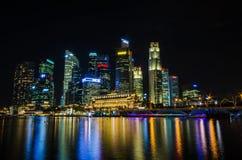 Sikt för Singapore stadshorisont av affärsområdet i nattsi Arkivfoto