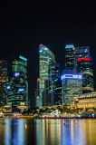 Sikt för Singapore stadshorisont av affärsområdet i nattsi Royaltyfri Bild