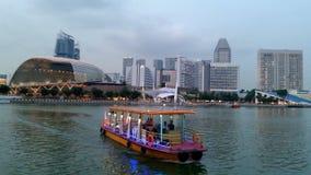 Sikt för skymning för för Singapore horisontstad och flod Arkivfoto