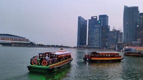 Sikt för skymning för för Singapore horisontstad och flod Arkivbild