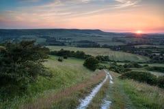 Sikt för solnedgång för landskapbildsommar över engelsk bygd Royaltyfria Bilder