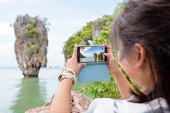 Sikt för turist- skytte för kvinnor naturlig vid mobiltelefonen Arkivbild