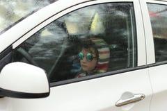 Sikt från bilen på en regnig dag Arkivfoto
